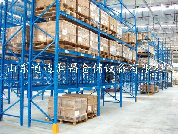 横梁式货架折叠   横梁式货架是以存取托盘货物为目的的专业仓库货架(每个托盘为一个货位,因此又被称为货位式货架);横梁式货架由柱片(立柱)、横梁组成,横梁式货架(货位式货架)结构简单、安全可靠。根据用户实际使用情况:托盘载重要求、托盘尺寸、仓库实际空间、叉车实际提升高度,提供不同规格的横梁式货架以供选择。   结构折叠编辑本段   A、柱片:横梁式货架(货位货架)由两根立柱、横撑、斜撑以尼龙自锁螺栓连接而成,组合式结构有效防止螺栓松动后引发货架失稳,立柱上冲有双排菱型孔,孔节距为75mm,所以横梁挂