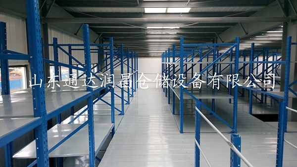 2,阁楼货架楼面铺设货架专用楼板,与花纹钢板或刚格栅相比层载